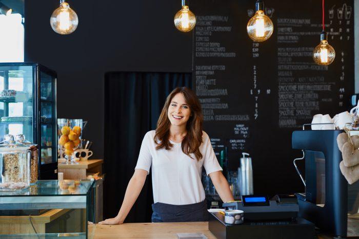mujer abriendo un restaurante